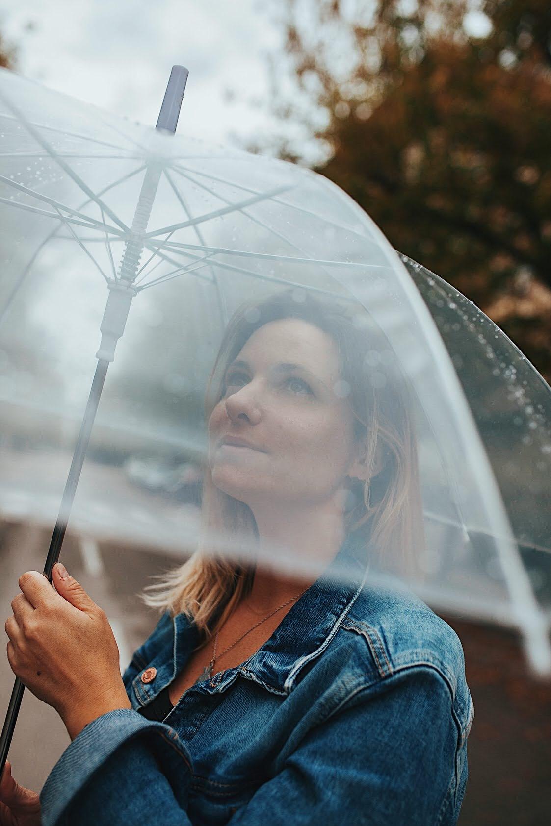 servizio fotografico di ritratto con Laura - sotto la pioggia - fotografia dedicati del tempo Deborah Brugnera