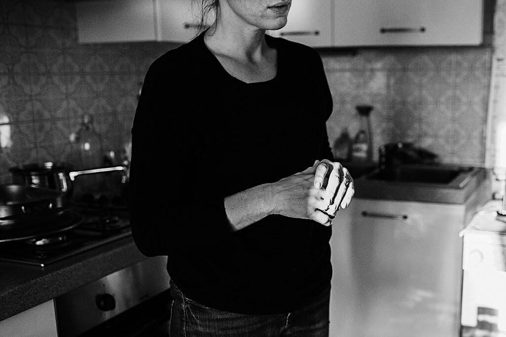 scatti di quotidianità con Laura in casa sua - fotografia dedicati del tempo Deborah Brugnera - fotografa Conegliano Treviso Venezia